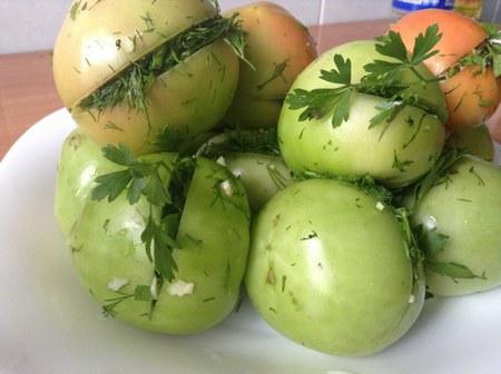 Соленые зеленые помидоры в бочках с зеленью