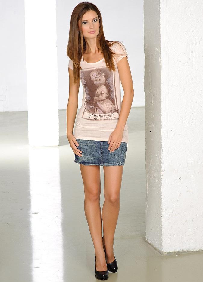 бойфренд, девушка в джинсовой мини юбке член
